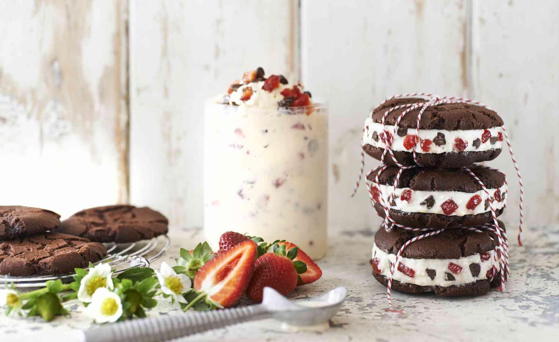 strawberries cream cookie sandwich